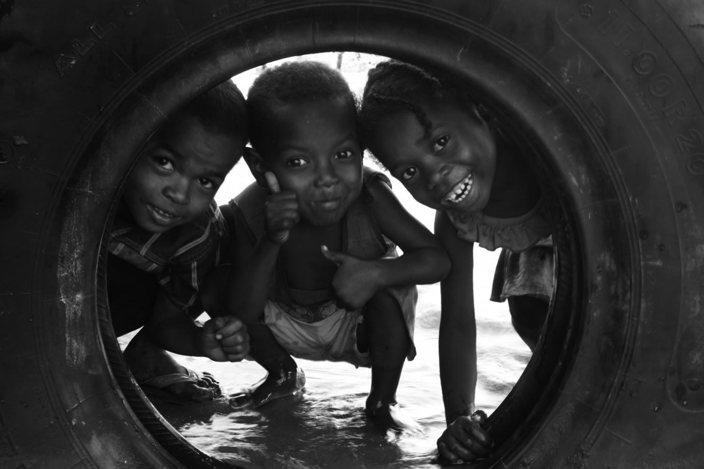 """""""Un pneu et trois enfants à Madagascar"""" (photo MCF)"""
